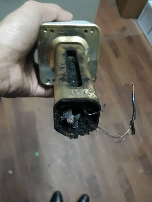 Chiếc micro không dây kèm loa nổ cháy rụi