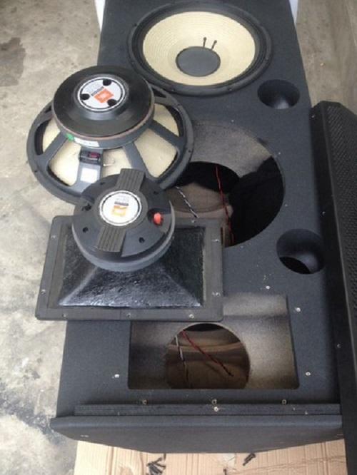 Loa bass và treble của SRX 725 được sản xuất trên dây truyền hiện đại