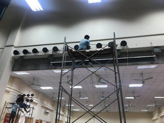 Các kỹ sư của Việt Mới đang lắp đặt đen Par Led 54