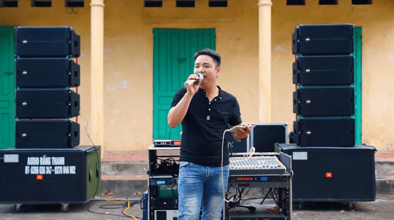 Kỹ thuật của Việt Mới Audio test chất lượng âm thanh trước khi bàn giao cho khách hàng